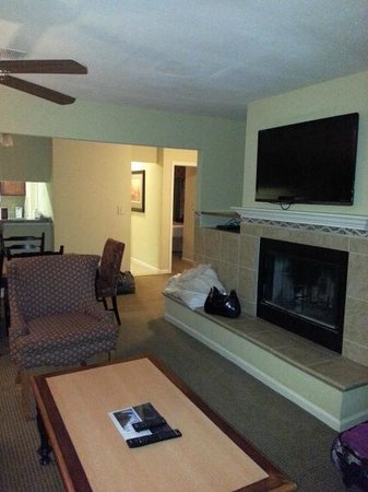 The Historic Powhatan Resort: flat screen/fireplace