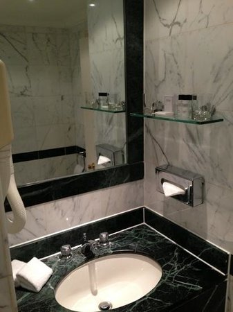 Lancaster London: the bathroom in an upgraded room