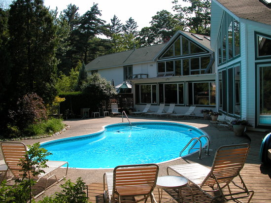 Rosemont Inn Resort B&B: Outdoor pool area