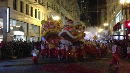 แกลเลอเรียพาร์ค,อะโจดิเดอวิฟร์ โฮเต็ล:                   Dancing Lions