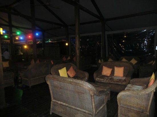 Nkambeni Safari Camp:                   salon à côté de la salle à manger