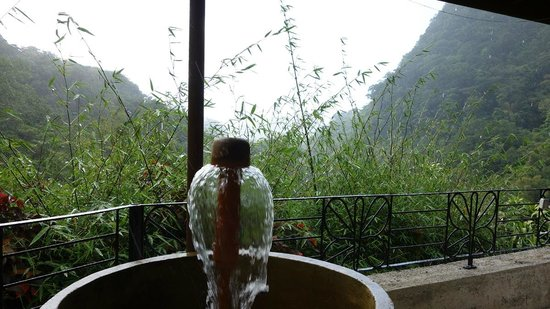 Papillote Wilderness Retreat: Hot water fountain outside the room