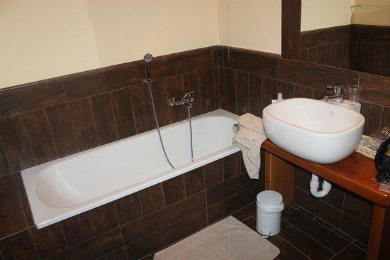 Le Charmant Petit Hotel: Vasca/Bath