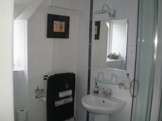 The Old School Bed and Breakfast and Betty's Cottage: Muncaster Ensuite