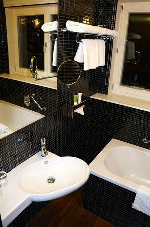 Perla Hotel: Salle de bain