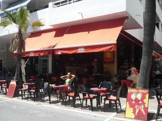 Barrocco Cafe Cocktail Bar: Frente del Barrocco....pidiendole a Rocco un Gin-Tonic.