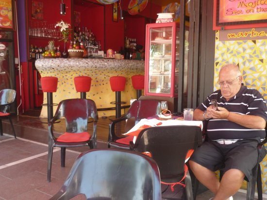 Barrocco Cafe Cocktail Bar: Mensajeando pues mis amigos se demoraban......