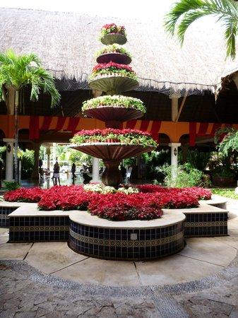 Grand Palladium Kantenah Resort and Spa:                   Fountain decked out for Xmas near Riviera lobby