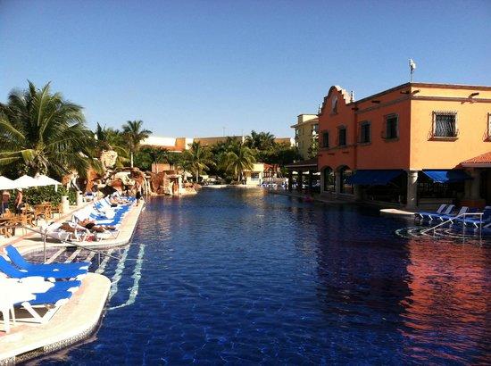 Hotel Marina El Cid Spa & Beach Resort:                   pool and swimup bar