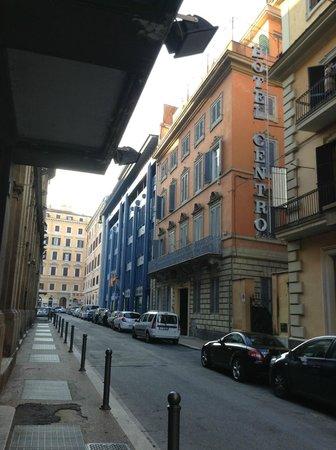 Hotel Opera Roma:                   左側がオペラ座で、右側にある2階から上がレンガ色の建物がホテルです。