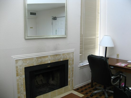 Hawthorn Suites by Wyndham Dallas Love Field Airport: Desk and fireplace
