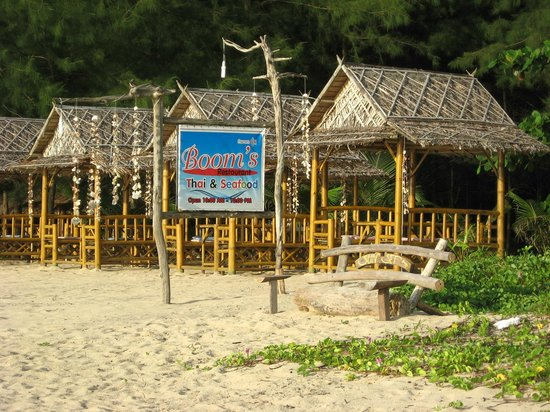 C&N Kho Khao Beach Resort: Restaurant along the beach