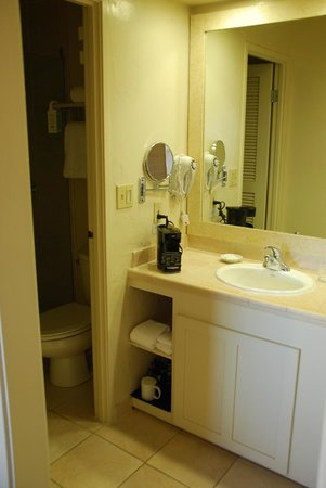 Monterey Tides: Bathroom had lots of counterspace and was clean.