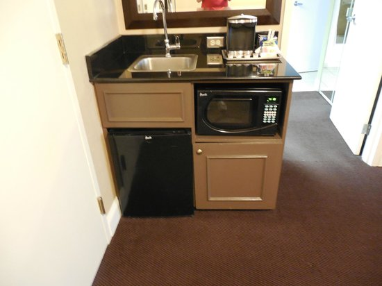 Hilton Brentwood/Nashville Suites:                   Wet bar area