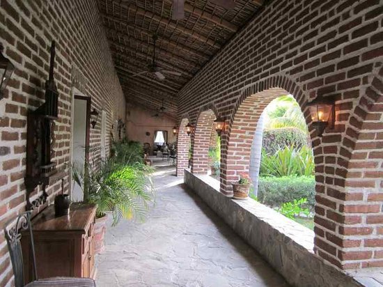 Todos Santos Inn:                   The columnade