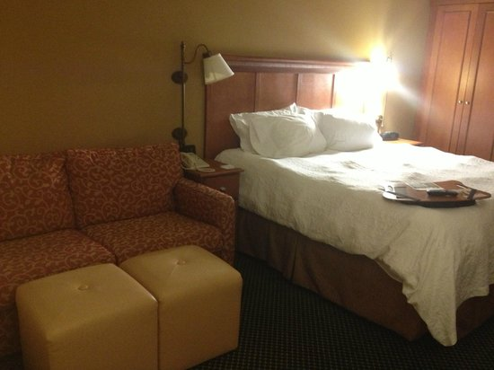 Hampton Inn Pittsburgh Greentree:                   View to Bed and couch