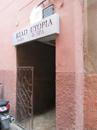Riad Utopia Suites & Spa:                   Riad aanzicht vanuit smalle steeg