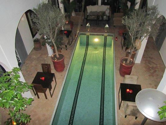 Riad Utopia Suites & Spa:                   Uitzicht bij avond op het bassin (geen zwembad)