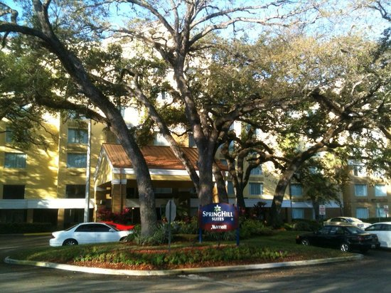 SpringHill Suites Fort Lauderdale Airport & Cruise Port: Springhill suites - front where cruise shuttles load