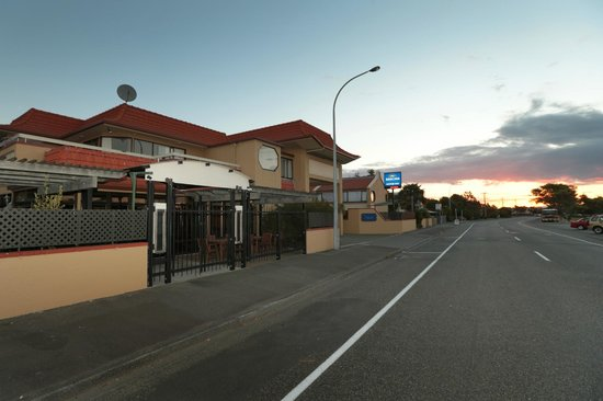 Beachcomber Motor Inn: Street view Front entranc