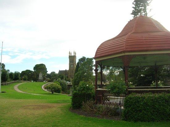 Strath Motel: Memorial gardens, Strathalbyn