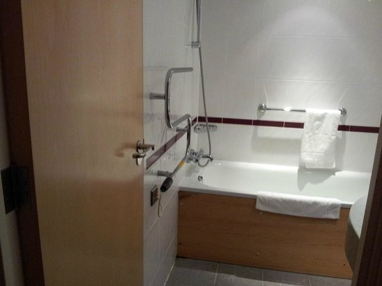 Premier Inn Evesham Hotel:                   Well furnished bathroom with shower gel and soap provided