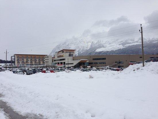 Aldiana Salzkammergut und Grimming-Therme: Hotel und Therme im Winter von der Straße aus gesehen
