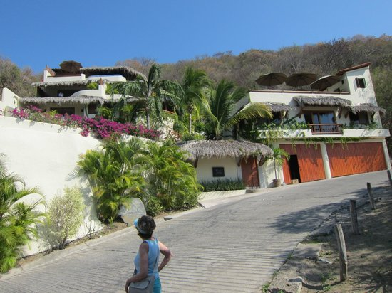 Hotel Cinco Sentidos:                   Hotel from the road