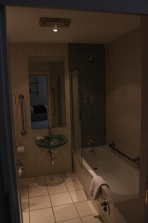The Atrium Serviced Apartments:                   bathroom