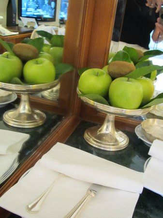 Aldrovandi Villa Borghese: Complimentary fruit in your suite