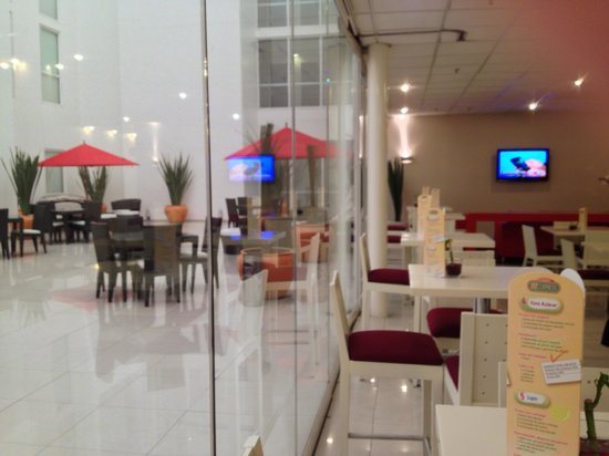 City Express Plus Insurgentes Sur: part of breakfast area and part of patio