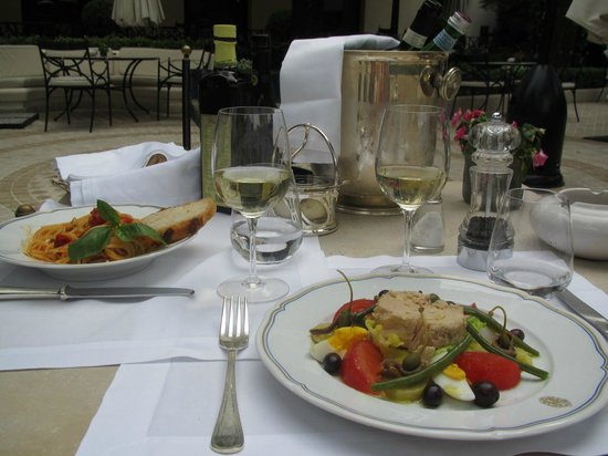 Aldrovandi Villa Borghese: A romantic lunch poolside