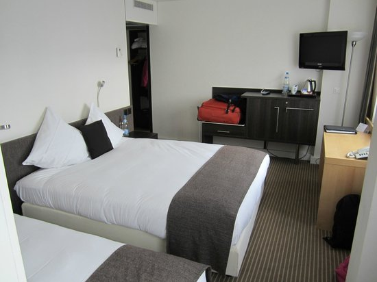 Crowne Plaza Zurich:                   Small family room