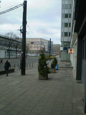 Ibis Styles Berlin Alexanderplatz:                   VISTA DA ALEXANDERPLATZ DA PORTA DO HOTEL