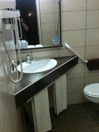 B&B Hotel CLERMONT-FERRAND Sud Aubiere:                                     super salle de bain