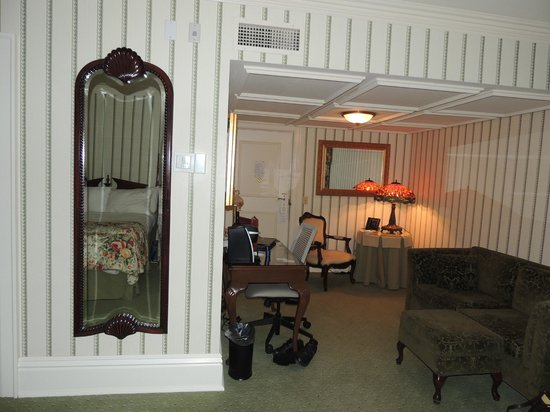 ‪‪Prince of Wales‬:                   Room was well adorned with many nice extras like this full length mirror, beau‬