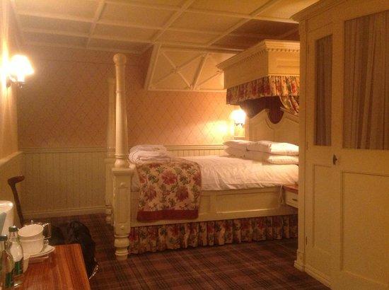 The Old Inn Crawfordsburn:                   Oak room four poster bed