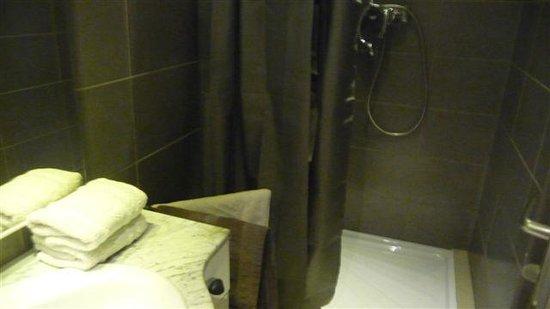 Hotel du Centre :                   Coin douche, excellente robinetterie