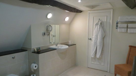 Charingworth Manor: The bathroom of the TS Eliot room