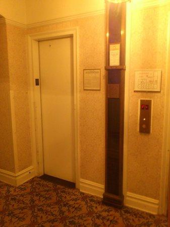 Roger Smith Hotel: Lift
