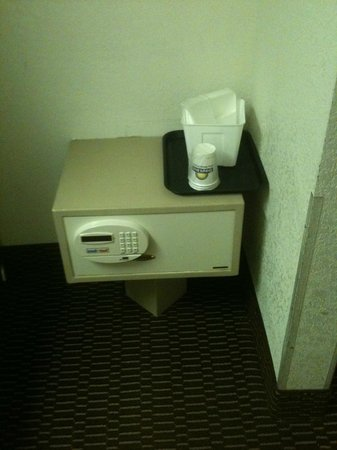 Days Inn Asheville/Mall:                   safe in room
