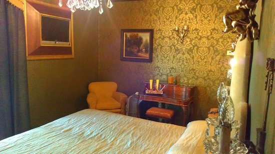 Boutique Hotel Campo de Fiori:                   Room 602 - little desk and chair - TV in wall to the left