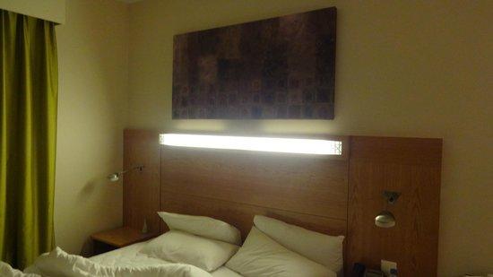 ฮอลิเดย์อินน์เอ็กซ์เพรส ดูไบแอร์พอร์ต:                   The bedroom