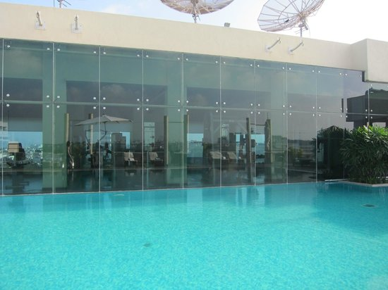 Taj Club House: Rooftop pool