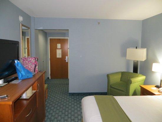 Holiday Inn Express LaGuardia Airport:                   king room