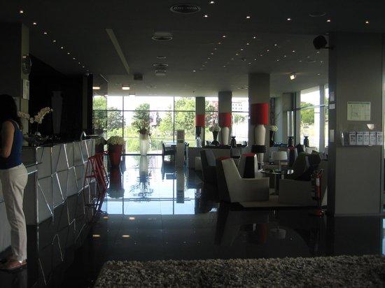 Holiday Inn Express Lisbon Alfragide:                   At the reception area