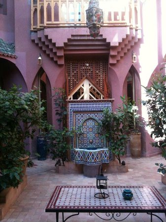 Riad Amira Victoria:                   The general courtyard, relaxing and fresh.