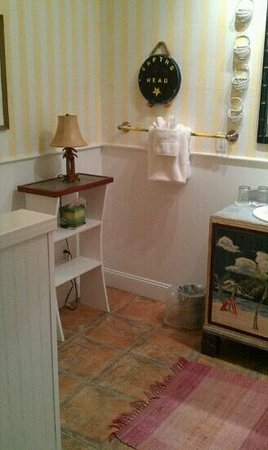 Anchor Inn :                   what a cute beachy bathroom!