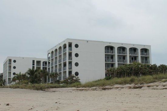 Costa d'Este Beach Resort & Spa:                   View from Vero Beach towards the hotel