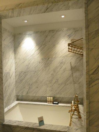 Greenwich Hotel: tub